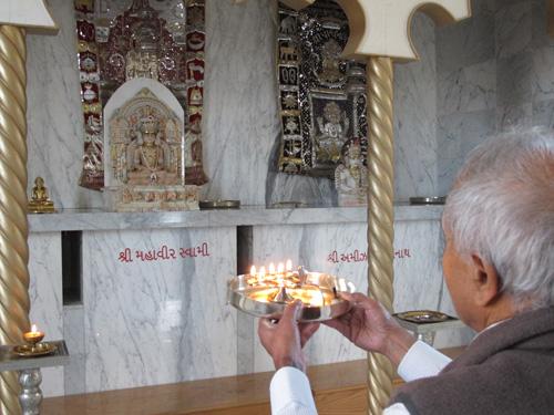 Kirti Shah pays homage to Mahavira of the Svetambara Sect. Copyright ©2014 Ruth Lor Malloy.